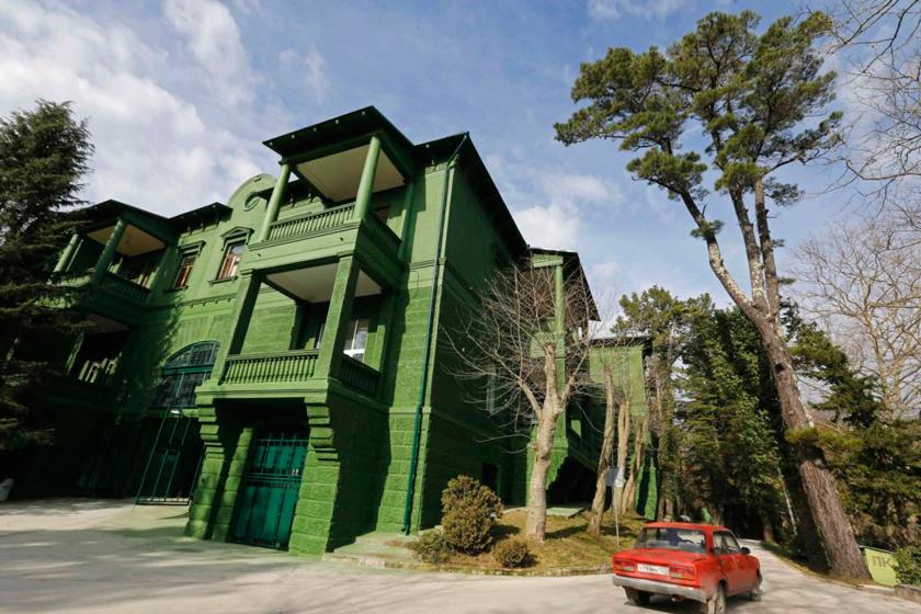 Az épületet négy koncentrikus körben vették körül kisebb biztonsági létesítmények, melyeket buja, zöld kert és növényzet rejtett.