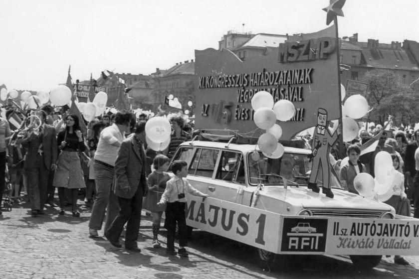Egy autójavító vállalat transzparensekkel díszített autója körül érdeklődve nyüzsögtek a gyerekek. (1975)