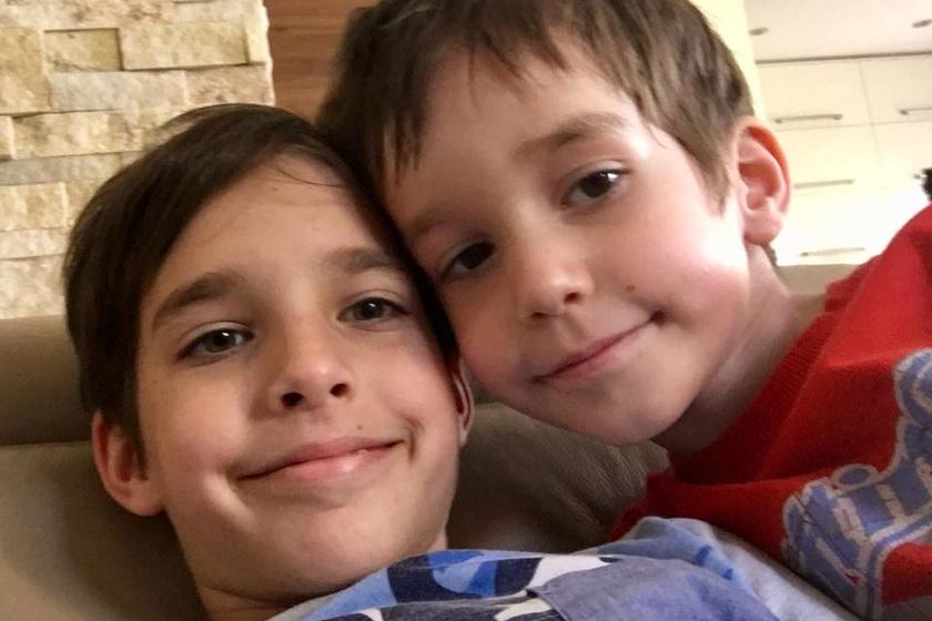 Adrián és Krisztián közös szelfije, amit a büszke édesanya ki is tett Facebook-oldalára.