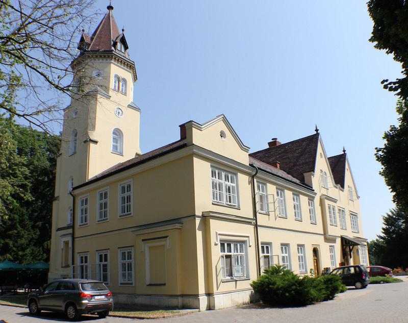 A szelestei turizmus központja a Festetich-kastély, mely ma szállóként működik. Az épület most is őrzi a 19. századi építészet báját.