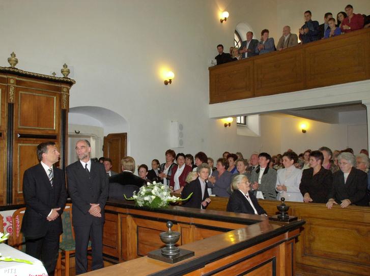 Orbán Viktor a Fidesz Magyar Polgári Szövetség elnöke és Balogh Zoltán református lelkész a Polgári Magyarországért Alapítvány kuratóriumának tagja megtekinti a hajdúszováti református templomot ahol hálaadó ünnepi istentisztelet keretében avatják fel a felújított orgonát 2004. szeptember 18-án. MTI