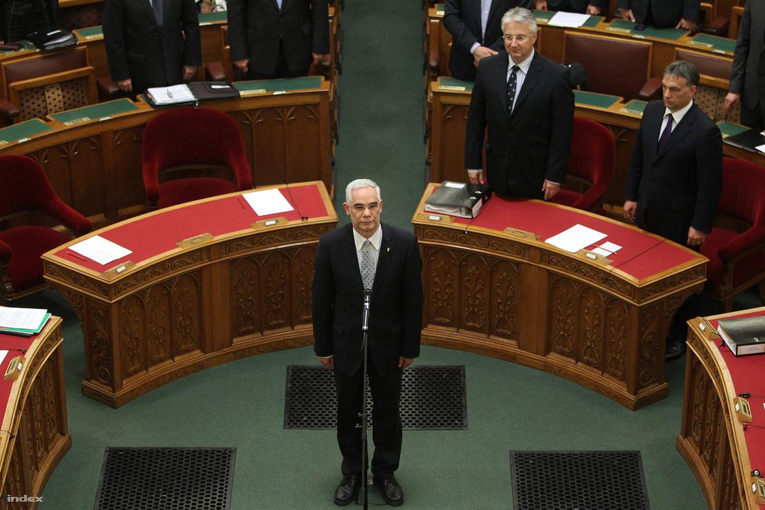 Balog Zoltán, az emberi erőforrások minisztere esküt tesz az Országgyűlés plenáris ülésén, 2012. május 14-én.