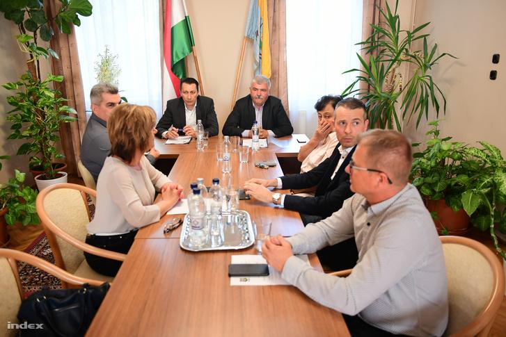 Mészáros László (középen jobbra) alpolgármester a felcsúti képviselőtestület ülésén