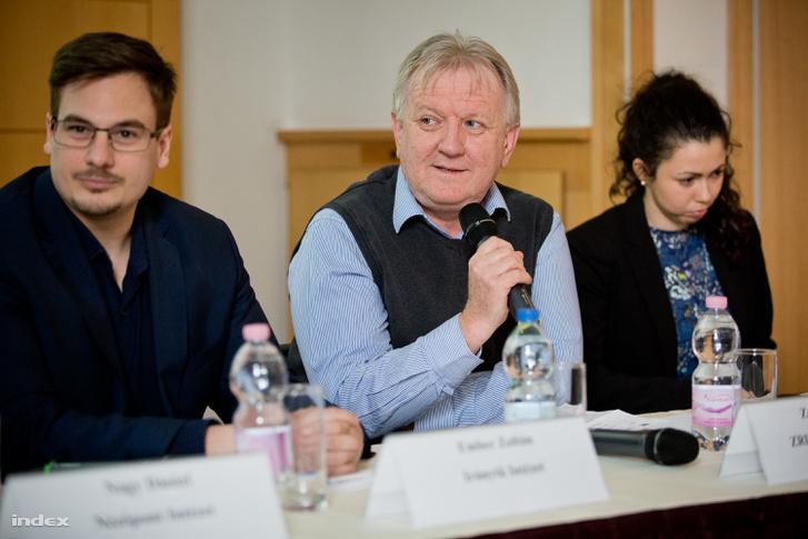 Závecz Tibor a ZRI-Závecz Research vezetője (középen)