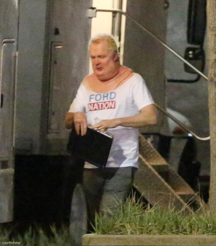 Ezen a képen egy Rob Fordot alakító színész látható forgatás közben