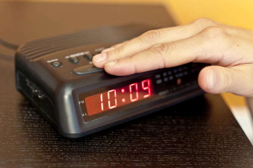 Ha későn fekszel le, és sokáig alszol másnap, azt úgy éli meg a szervezeted, mintha átléptél volna egy másik időzónába. Minél nagyobb a különbség a felkelések időpontja között, annál rosszabb lesz az alvási ciklusodnak.
