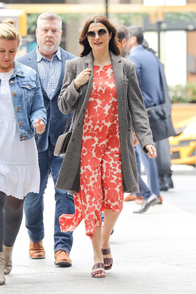 Oké, a virágos ruha kicsit megtéveszti a külső szemlélőt, és akár azt is hihetnénk, hogy a 48 éves színésznő nem is terhes, csak kicsit erősíti ez a mintázat, de