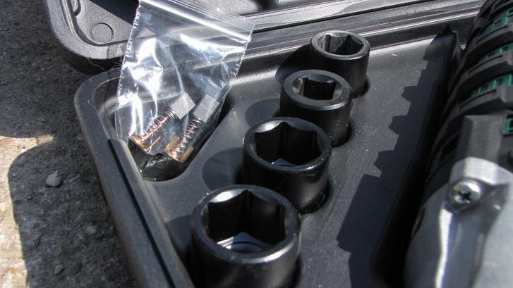 A négy dugókulcson kívül egy pár szénkefét is mellékeltek - háztáji használatban nem valószínű, hogy cserélni fogják