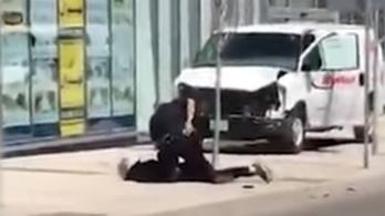 Videón, ahogy a világ leghidegvérűbb rendőre leszereli a torontói gázolásos merénylőt