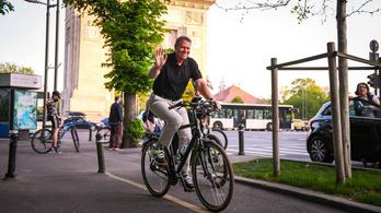 A román államfő rácsodálkozott a városi biciklizésre