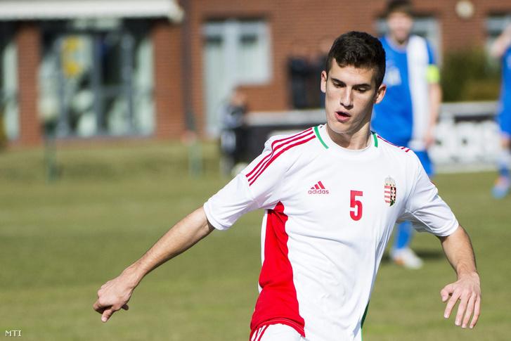 Tajti Mátyás, az U17-es magyar labdarúgó-válogatott középpályása a Finnország elleni előkészületi mérkőzésen Telkiben 2015. március 5-én. A 16 éves labdarúgó a Barcelona játékosa.