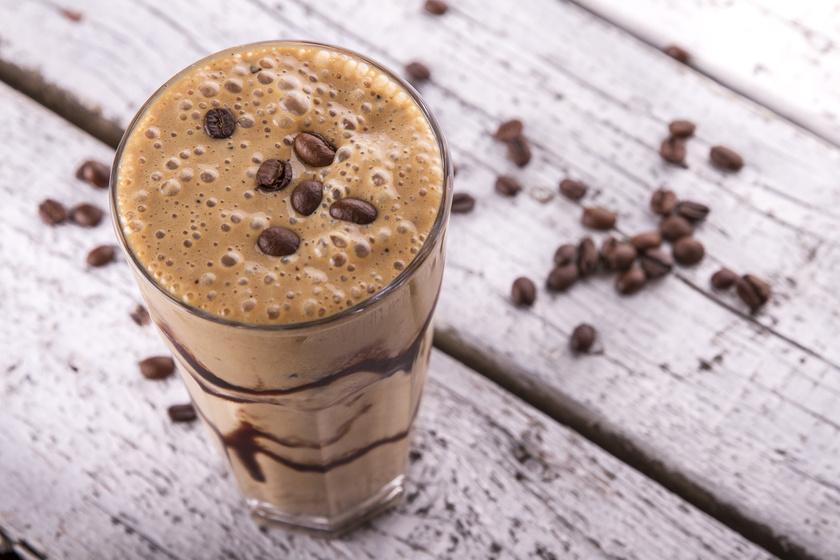 Isteni fehérjés moccát kreálhatsz egy evőkanál csokoládé- vagy vaníliaízű fehérjeporból, két evőkanál presszókávéból, 200 milliliter mandulatejből és 25 gramm zabpehelyből.