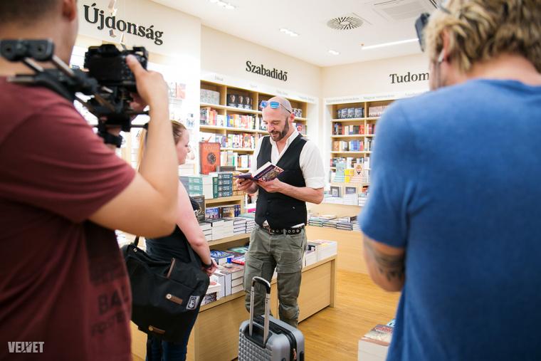 Homonnay Gergely dedikálja Erzsivel közös, legújabb könyvüket.