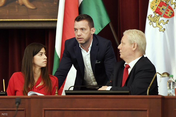 Szalay-Bobrovniczky Alexandra humán területért (b) és Szeneczey Balázs városfejlesztésért felelős főpolgármester-helyettes (k), jobbról Tarlós István főpolgármester beszélget a Fővárosi Közgyűlés ülésének kezdete előtt a Városháza dísztermében 2018. április 25-én.