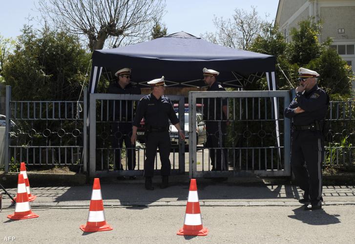 Rendőrök helyszínelnek Fritzl házánál