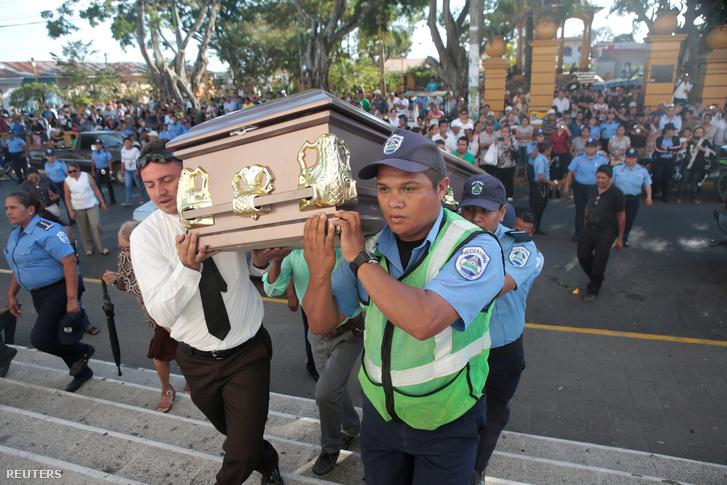 Kollégák és rokonok viszik Juana Aguilar, a tüntetések közben halálos sérülést szenvedett rendőrnő koporsóját Jinotepében