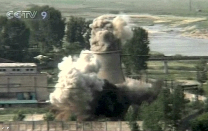 A yongbyoni atomlétesítmény 20 méteres hűtőtornyának felrobbantása 2008. június 27-én