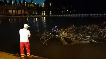 Hogy kerül valaki egy, az áradó Tiszán úszó szemétkupacra?
