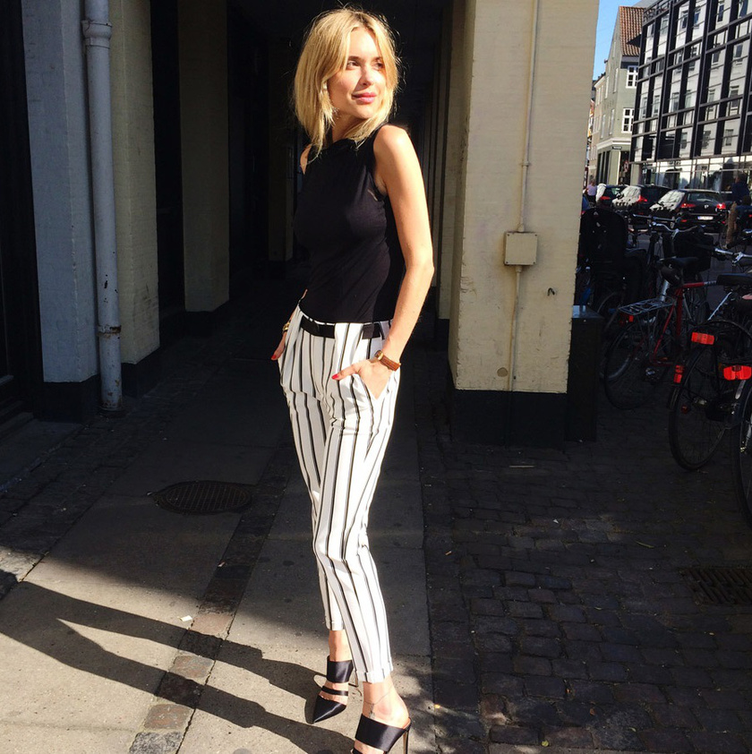 A csíkos nadrág idén a legdivatosabb darab, amit a francia nők is imádnak, hiszen régóta ez az ikonikus mintája a párizsi sikknek. Ráadásul nyújtja a lábakat, és magasabbnak mutat egy alakot követő fazon.