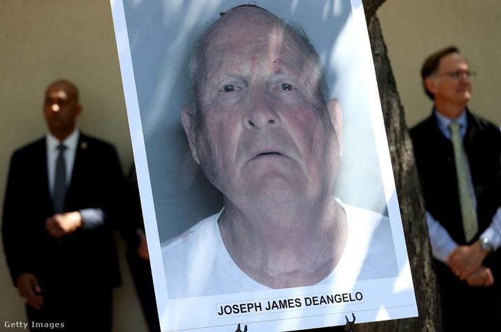 Joseph James DeAngelo arcképe az elfogás után tartott rendőrségi sajtótájékoztatón
