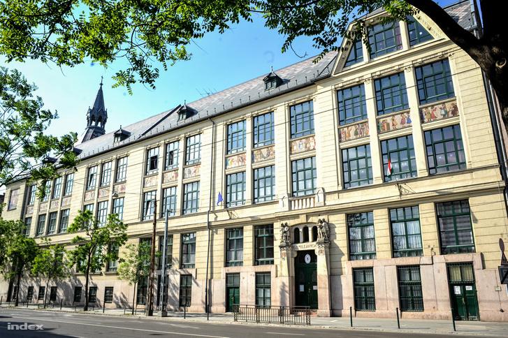 A XIII. Kerületi Ének-zenei és Testnevelési Általános Iskola épülete a Dózsa György úton