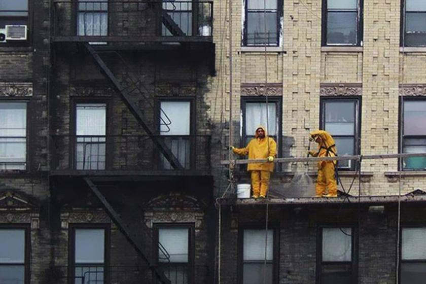 Eme csodálatos kép New York utcáin készült. Amikor a falról eltávolították az évtizedes szmogot és port, előtűnt a ház szép, eredeti színe.