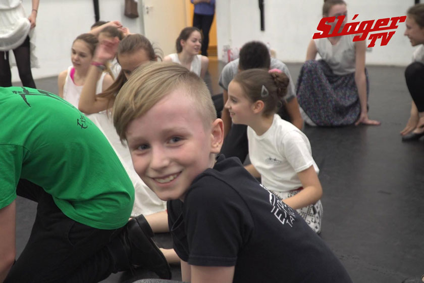 Szandi fia, Csabika táncpróba közben.