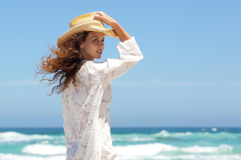 tengerpart-kalap-feher-ruha-nyar