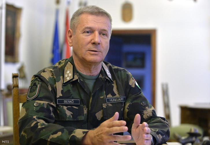 Benkő Tibor, a honvédvezérkar főnöke interjút ad az MTI újságírójának a Honvédelmi Minisztériumban 2014. augusztus 15-én.