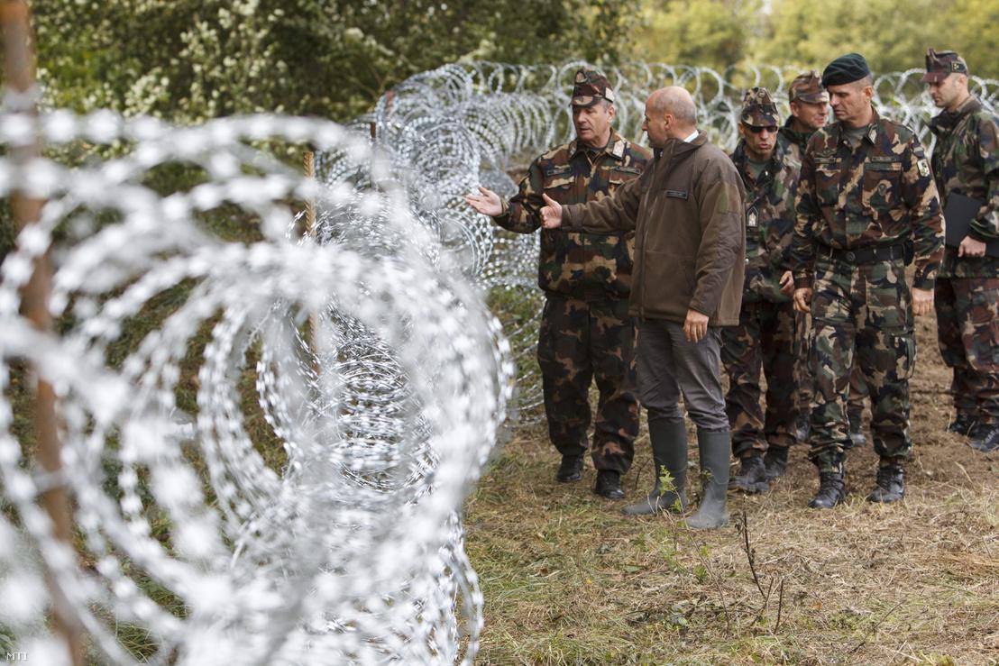 Simicskó István honvédelmi miniszter (b2) és Benkő Tibor, a honvédvezérkar főnöke (b) a gyorstelepítésű drótakadálynál a magyar-horvát határon Zákány és Botovo között 2015. szeptember 29-én.