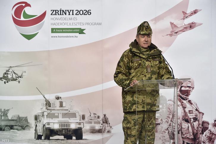 Benkő Tibor, a honvédvezérkar főnöke beszédet mond a Polaris MRZR-4 típusú ultrakönnyű taktikai járművek (homokfutók) átadásán a szolnoki Ittebei Kiss József helikopterbázison 2018. március 29-én.