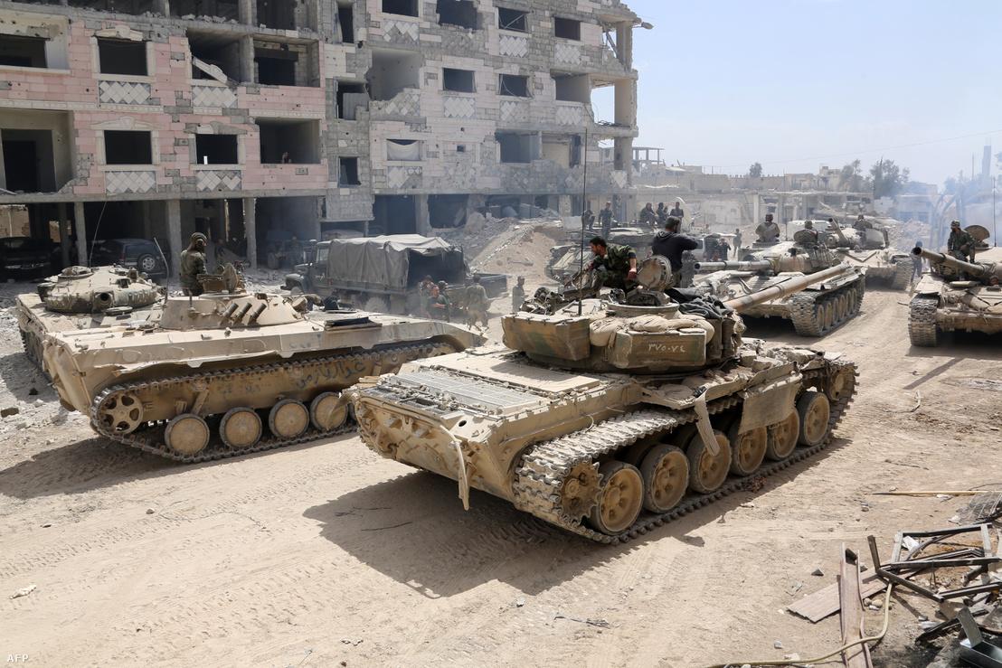 A szíriai kormányerők harckocsijai vonulnak be Dúmába, 2018. áprilisában.
