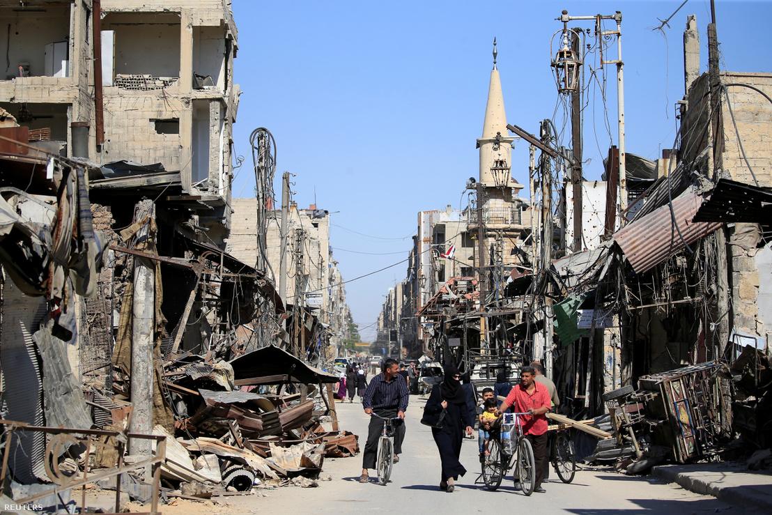 Lebombázott utca Dúmában, 2018. április 23-án.