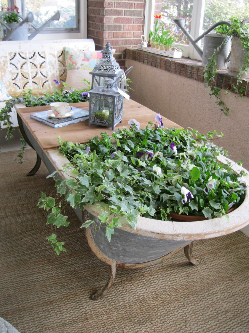 Akár a teraszt vagy a kertet is díszítheti egy patinás lábas kád. Több funkciót is elláthat, lehet egyszerre asztal és virágedény is.
