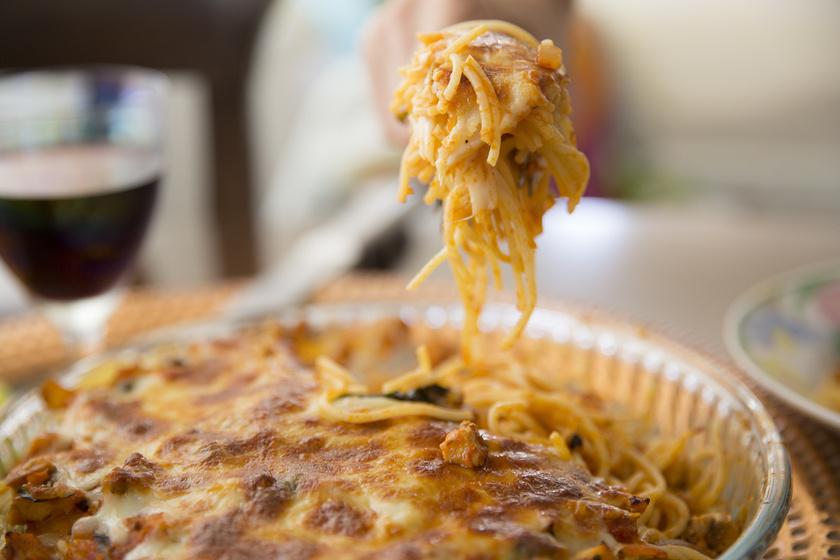 Sült spagetti isteni paradicsomos szósszal, nyúlós mozzarellával