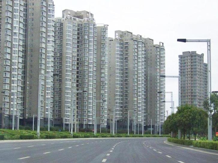 Csengcsou, Kína                          Kihalt utcák és enyészetté lett épületek Csengcsouban, Kína Henan tartományának fővárosában. A San Francisco méretű hatalmas város ma üresen kong, és egész városnegyedeiben nem lakik egyetlen lélek sem. Az óriási beruházás az ország gazdasági növekedésének fenntartásához szükséges, kereslet nélküli, a kormányzat által megrendelt beruházás eredménye. Fokozatosan kellett volna benépesülnie, de közbeszólt a hitelpiaci válság.  Mintegy 64 millióra becsülik az országszerte üresen álló ingatlanokat Kínában.