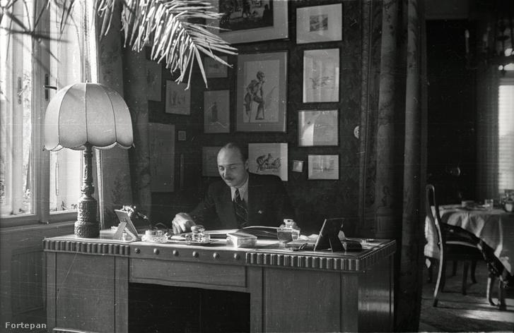 Tavaszmező utca 1., Gartner Károly az A sipotei Golgotha című könyv írója a lakásában. Mögötte a falon a könyv illusztrációinak Komjáti Gyula által készített eredeti rajzai.