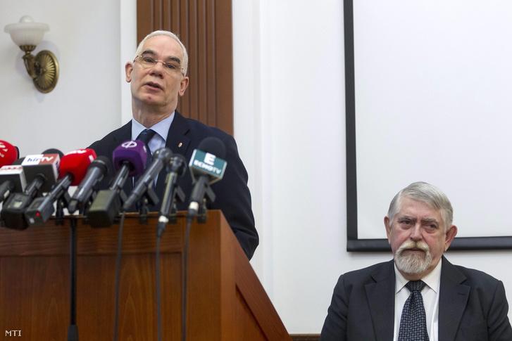 Balog Zoltán emberierőforrás-miniszter (balra) és Kásler Miklós az Országos Onkológiai Intézet (OOI) főigazgató főorvosa