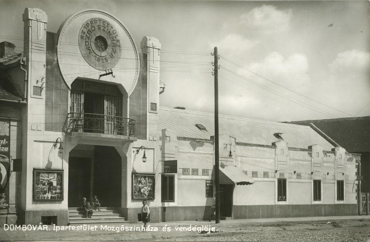 Az 1925-ben megnyílt dombóvári Ipartestületi Mozgószínház a legszebb ránk maradt moziépítészeti emlék lehetne, ha nézőterét és épületdíszeit az évtizedek alatt nem szalámizta volna fel a kisvállalkozói szándék és az erózió. Homlokzatának filmtekercset idéző ornamentikája az art déco építészet egyik szép példája, sajnos ma már csak a forma és az erkélyrács emlékeztet a valaha szebb napokra. Pedig rászolgálhatott volna a megőrzésre, mert egészen az ezredfordulóig szolgálta a várost moziként.