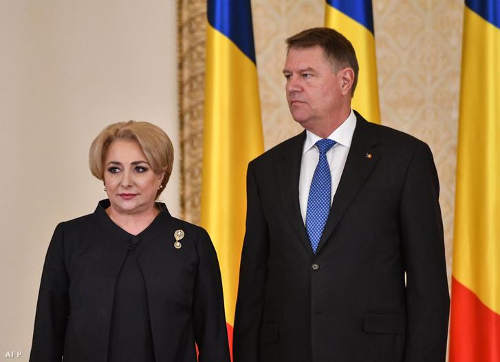 Viorica Dăncilă és Klaus Iohannis a miniszterelnökmő beiktatásakor, 2018. január 29-én.