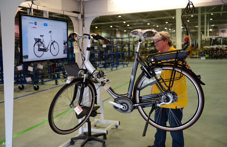 Egy e-bike-ot tesztelnek a Gazelle gyárában