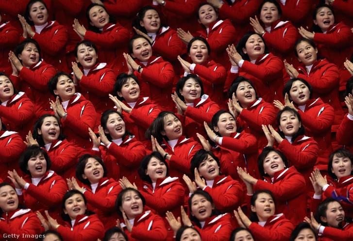 Az észak-koreai szurkolócsapat a pjongcsangi téli olimpián