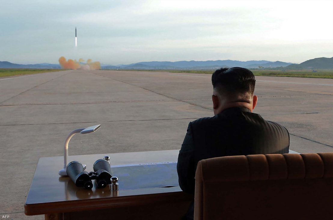 Kim Jong Un egy rakétatesztet tekint meg 2017 szeptemberében