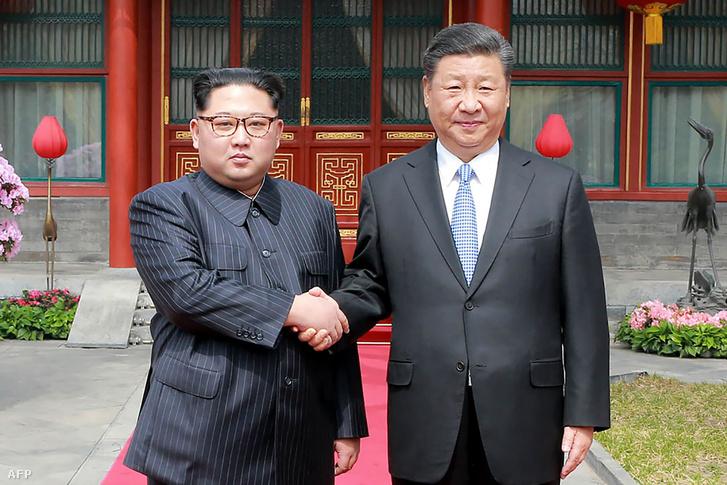 Kim Jong Un és Hszi Csin-ping kínai elnök találkozójukon 2018 március 27-én