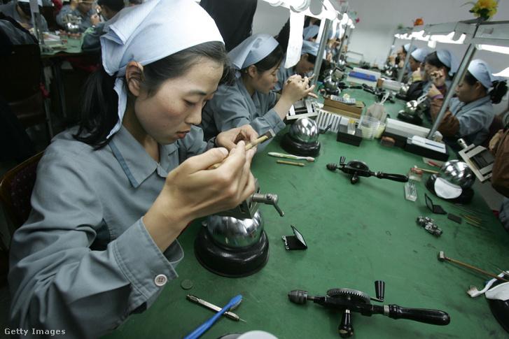 Észak-koreai munkások a Keszong ipari parkban 2007-ben