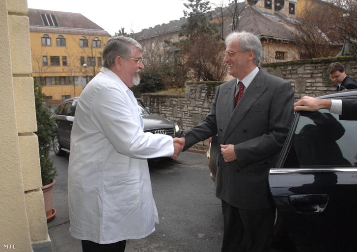 Sólyom László köztársasági elnök kezet fog Kásler Miklós professzorral (b) az Országos Onkológiai Intézet főigazgatójával amikor a köztársasági elnök látogatást tett az Országos Onkológiai Intézet karácsonyi ünnepségén 2008. december 17-én.