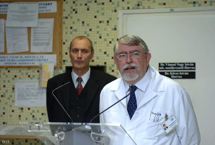 Székely Tamás egészségügyi miniszter (b) és Kásler Miklós főigazgató főorvos az onkológiai intézetben tartott kormányszóvivői tájékoztatón 2008-ban.