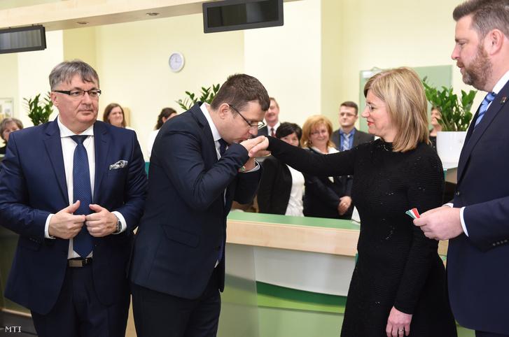 Seszták Miklós nemzeti fejlesztési miniszter kezet csókol Bártfai-Mager Andrea postaügyért és a nemzeti pénzügyi szolgáltatásokért felelős kormánybiztosnak a kisvárdai 1-es számú postahivatal Somogyi Rezső utcai felújított épületének átadóünnepségén 2018. március 22-én.