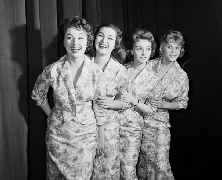 1959, Nagymező utca 17., Budapest Táncpalota (Moulin Rouge), jobb szélen Felföldi Anikó színművésznő.