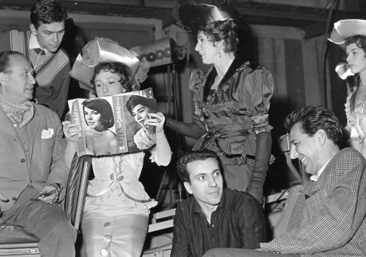 1963, balra Vogel Eric díszlet- és jelmeztervező, az újsággal Kárás Ildikó táncművész, mellette Psota Irén színművésznő, előtte Seregi László koreográfus, jobbra Horváth Tivadar rendező, a Slágermúzeum című tévéműsor felvételekor.